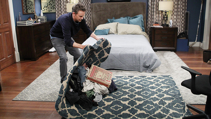 2. The real Matthew Perry relates to his on-screen character, Oscar.