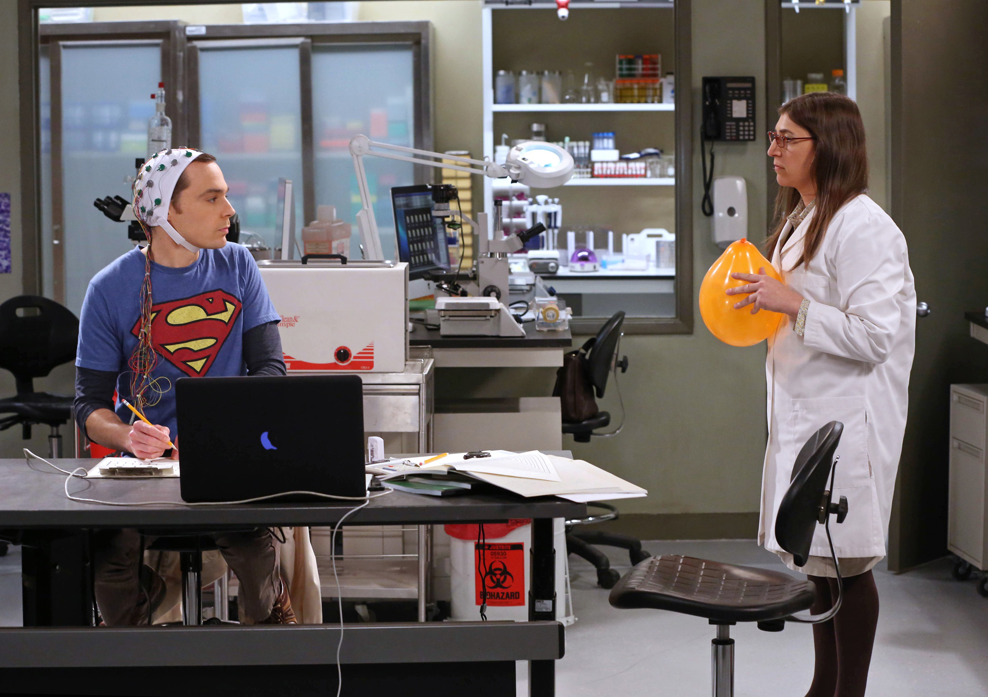 Sheldon and Amy in the lab