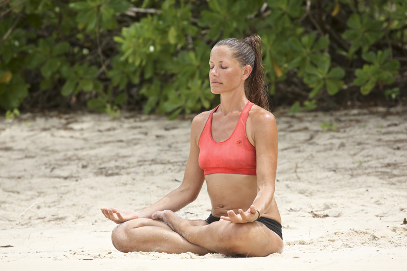 Kelly gets her zen on with a little beachside meditation