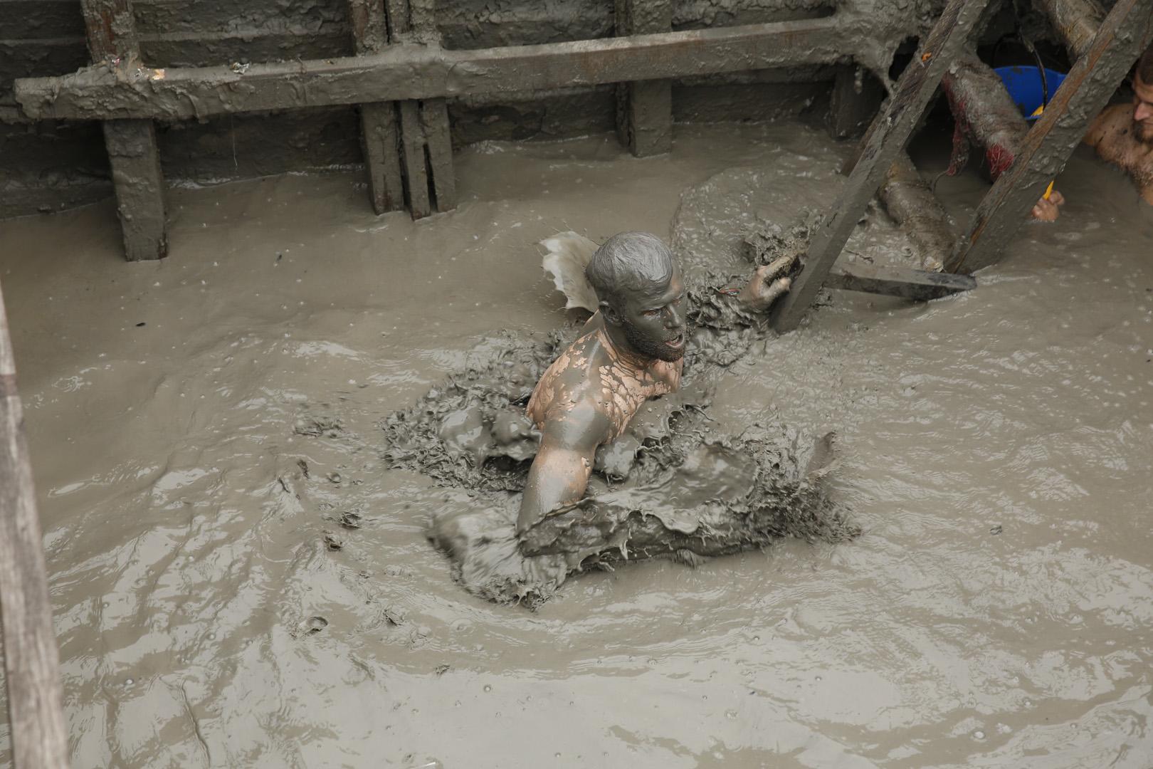 Brodie battles the muddy water in this week's Roadblock.