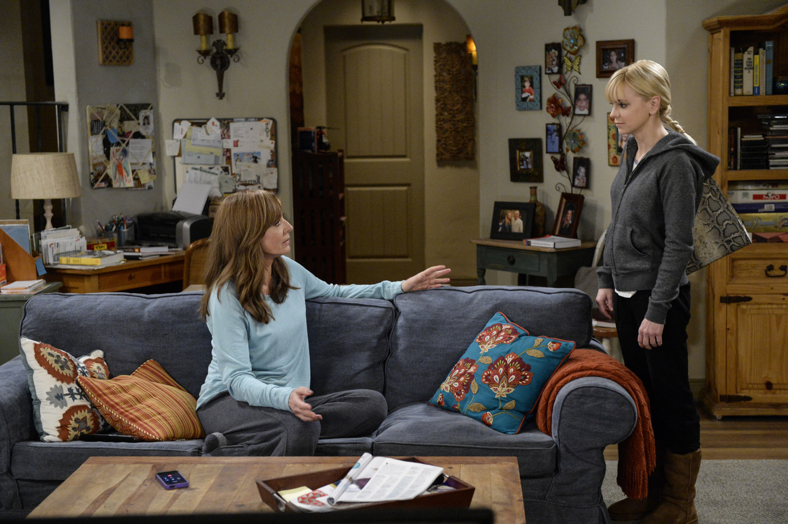 First Look Christy Takes A Job As Jill S Personal Assistant On Mom Mom Photos Cbs Com