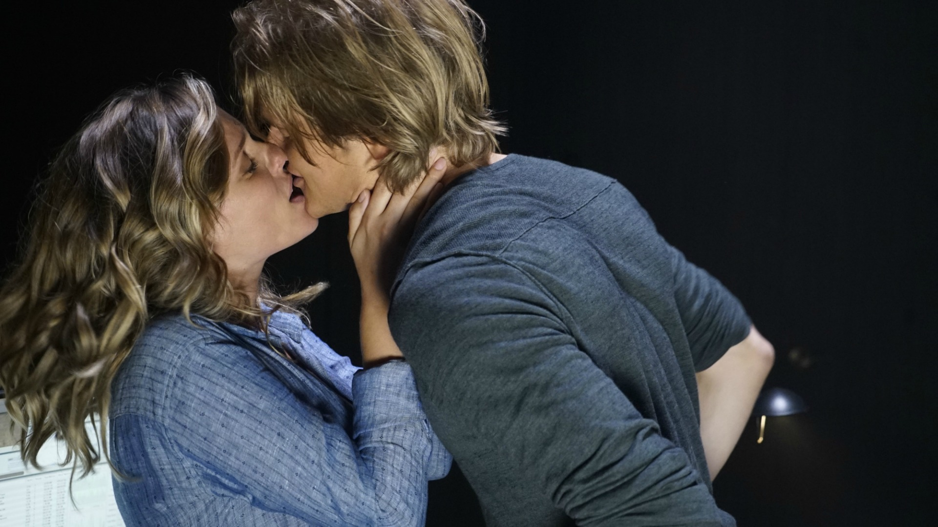 MacGyver and Nikki share a steamy kiss.