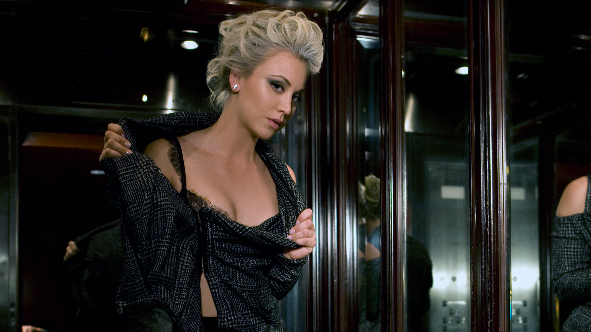 Kaley Cuoco gets into character
