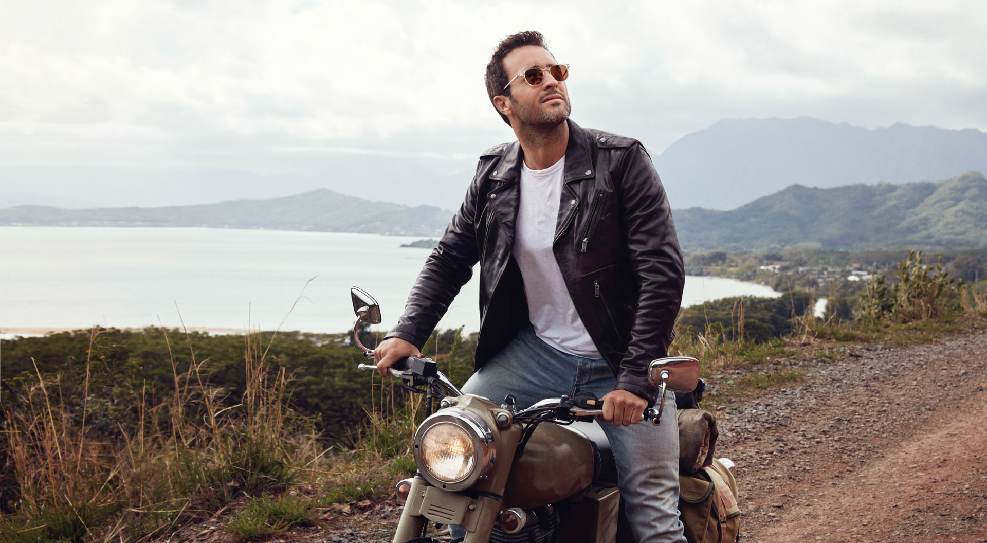 Hawaii Five 0 Hunk Alex O Loughlin Turns Up The Heat On Oahu