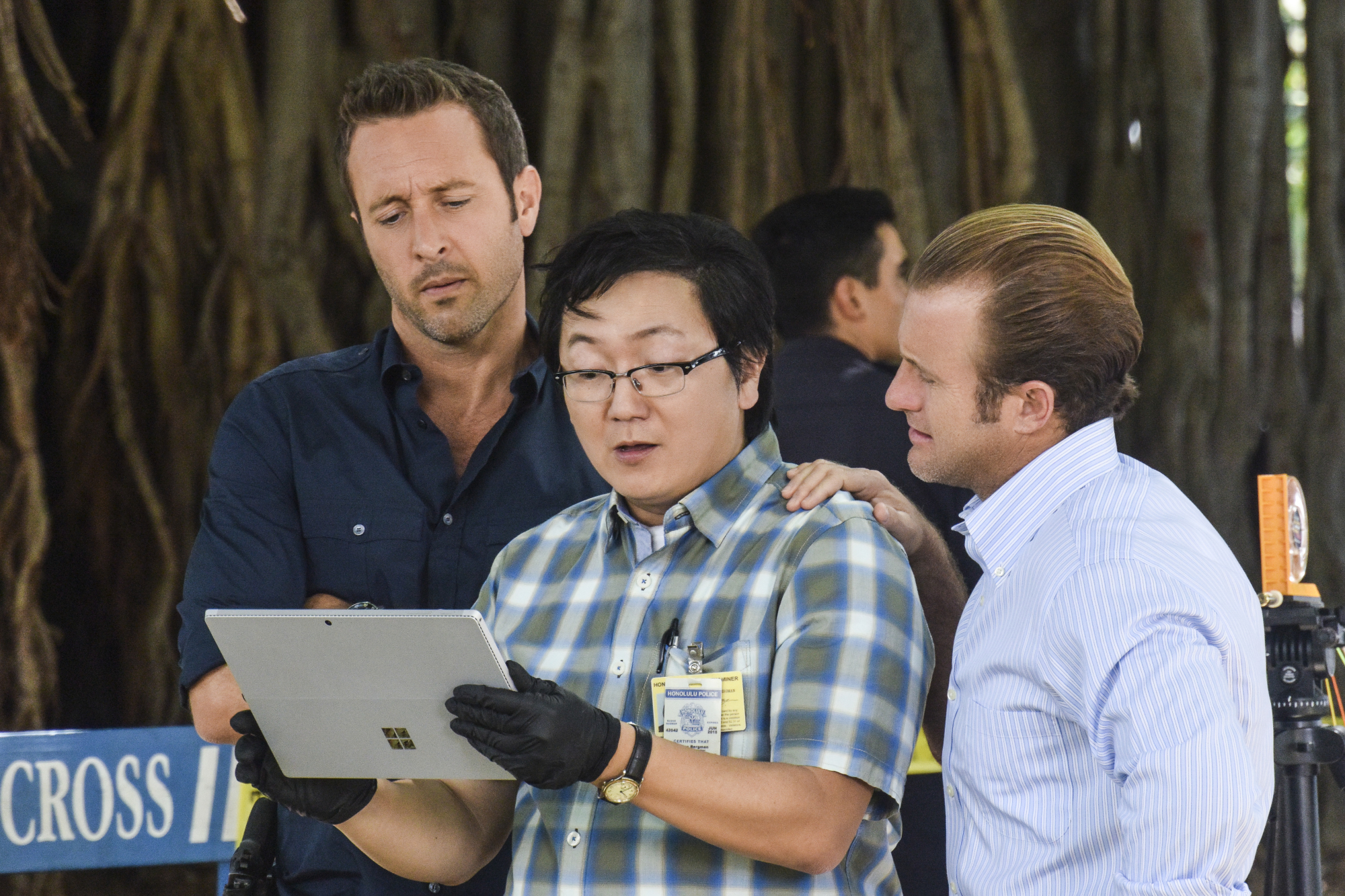 Steve, Max, and Danno consider the evidence.