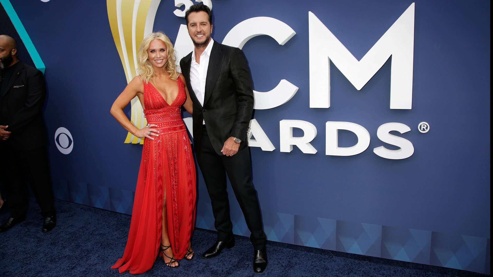Luke Bryan hangs loose on the ACM red carpet by leaving his tie at home and opting for a more casual look.