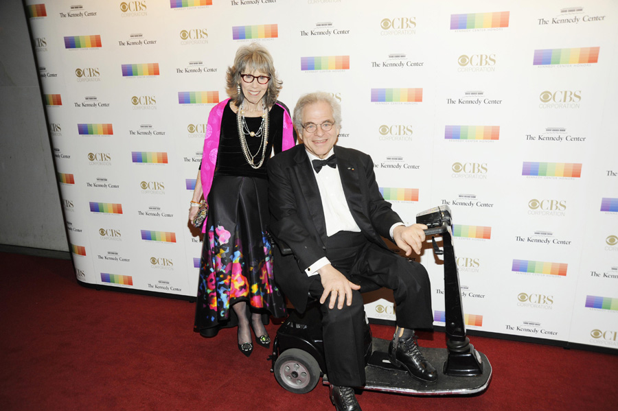 Violinist Itzhak Perlman and his wife, Toby, take their spot on the Kennedy Center Honors red carpet.