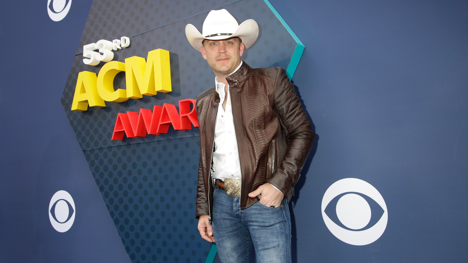 Justin Moore tops off his casual country attire with a cowboy hat, perfect for the occasion.