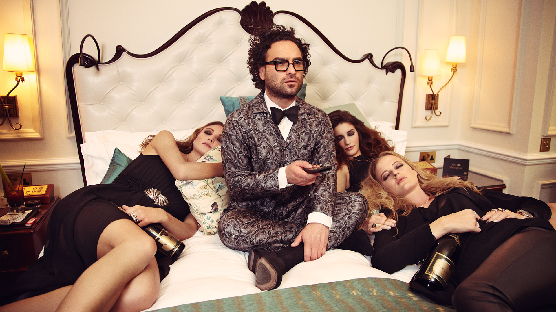 Johnny Galecki watches TV with some friends