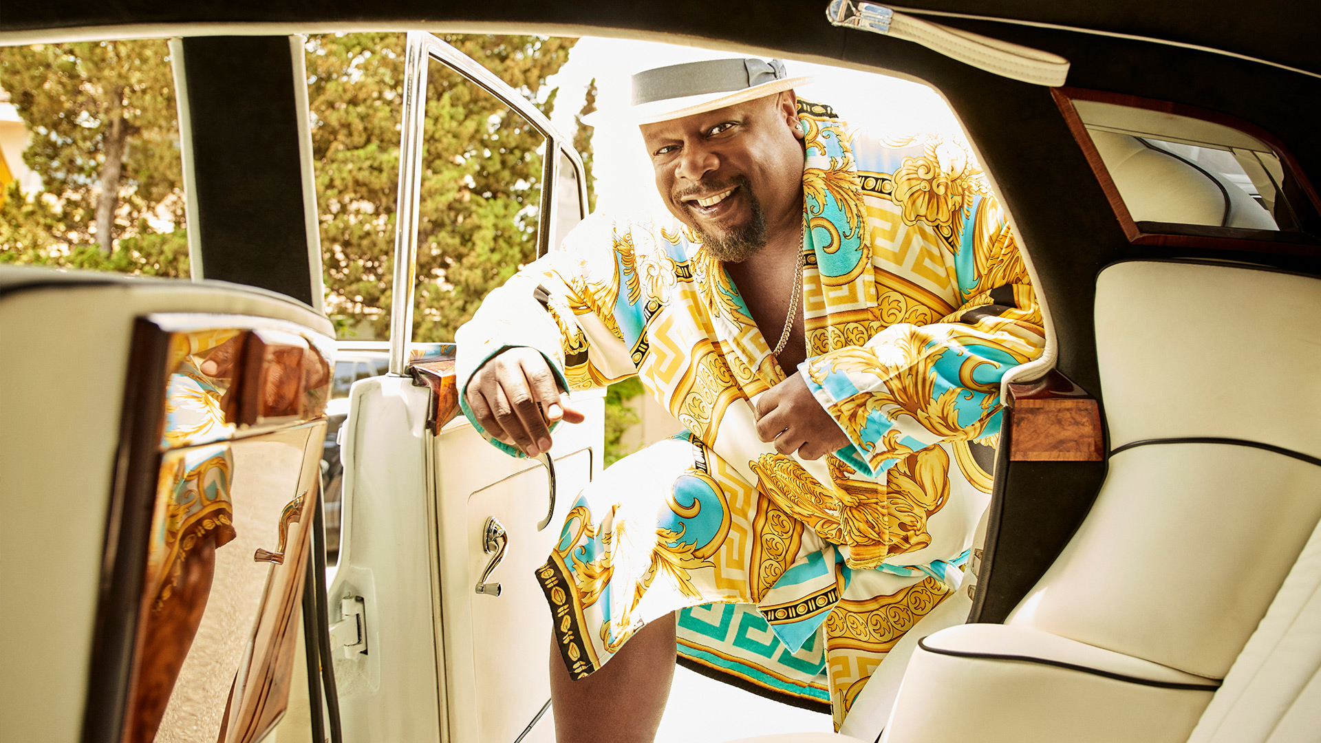 Cedric the Entertainer gives back