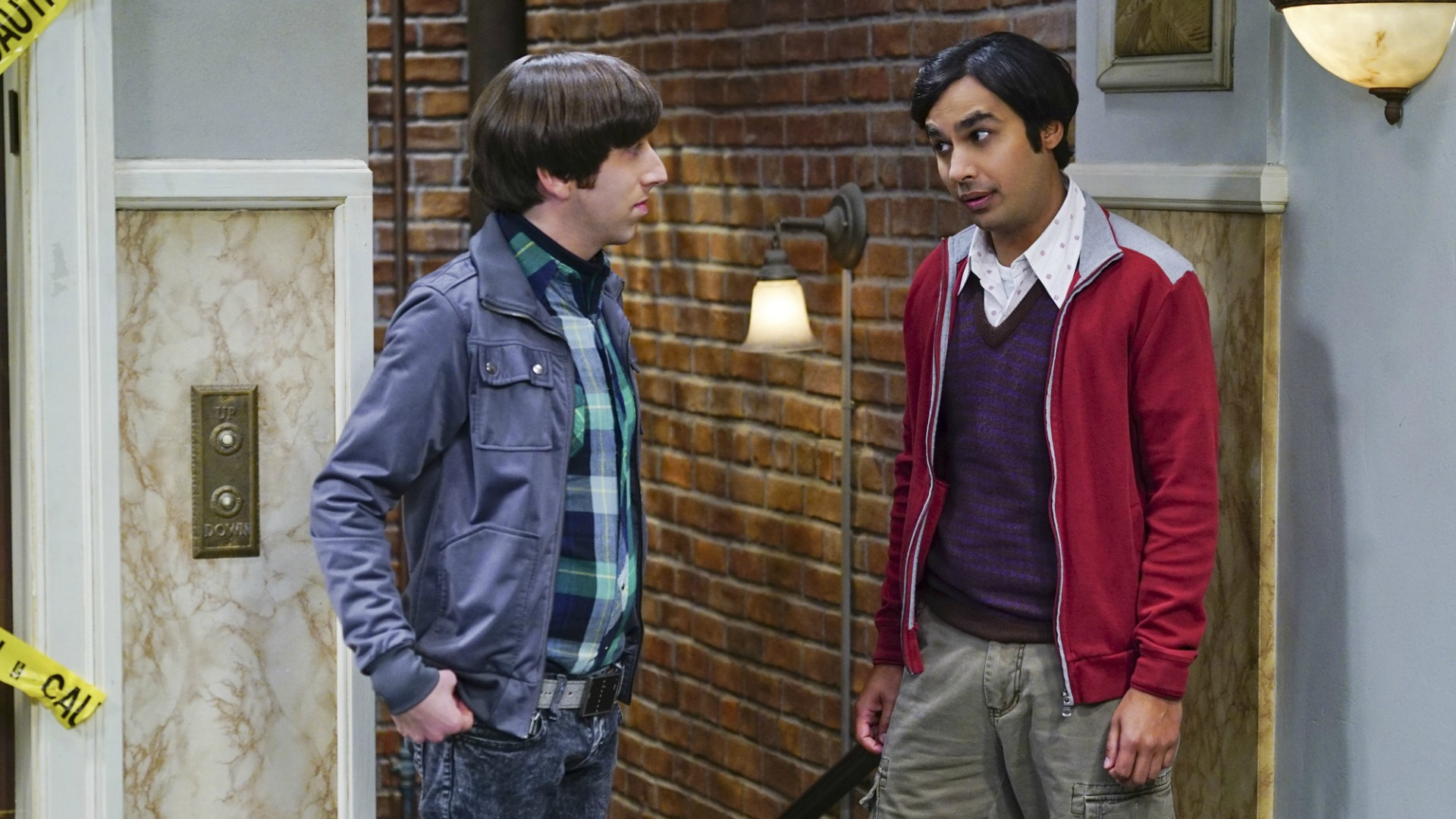 Howard and Raj disagree in the hallway.