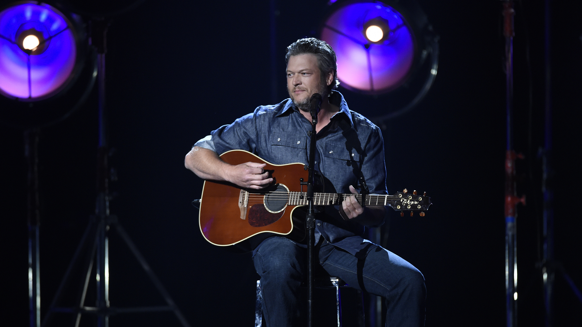 Accompanied by a violinist, Blake Shelton performs a stripped-down version of