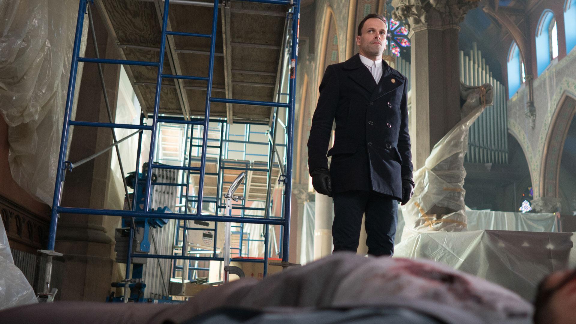 Sherlock looks over the corpse.