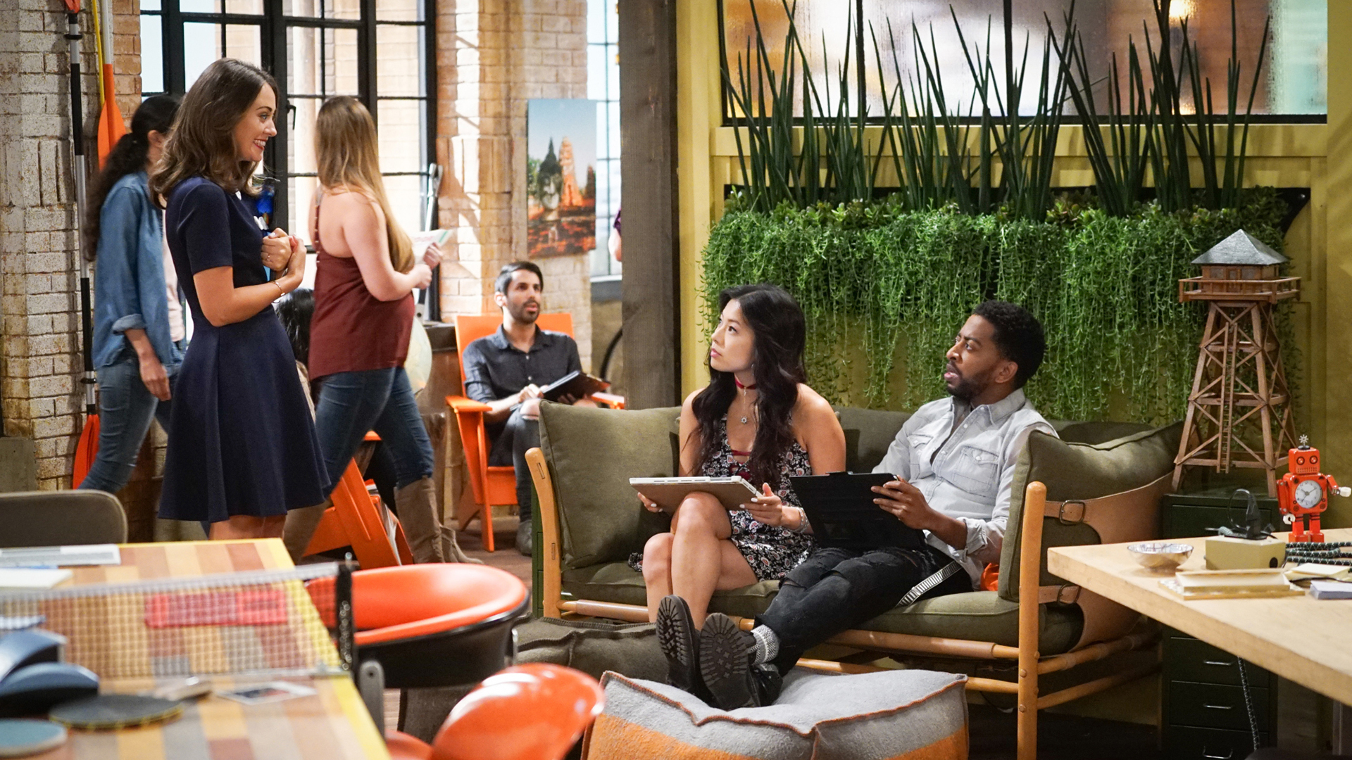 Brooke recruits Emma and Mason to help her pick a new intern.
