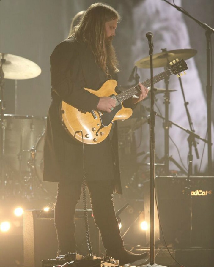 Chris Stapleton performs a touching B.B. King tribute.