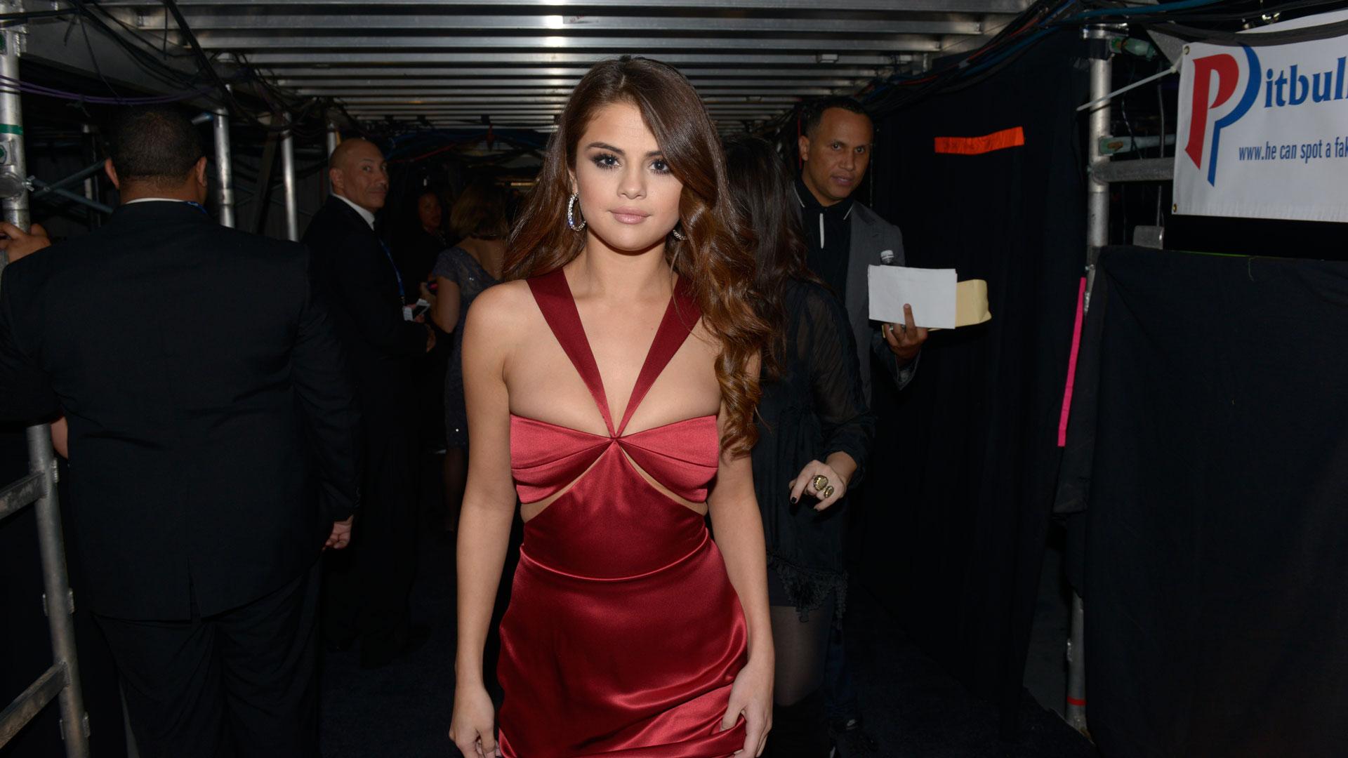Selena Gomez struts her stuff in a sexy, red dress