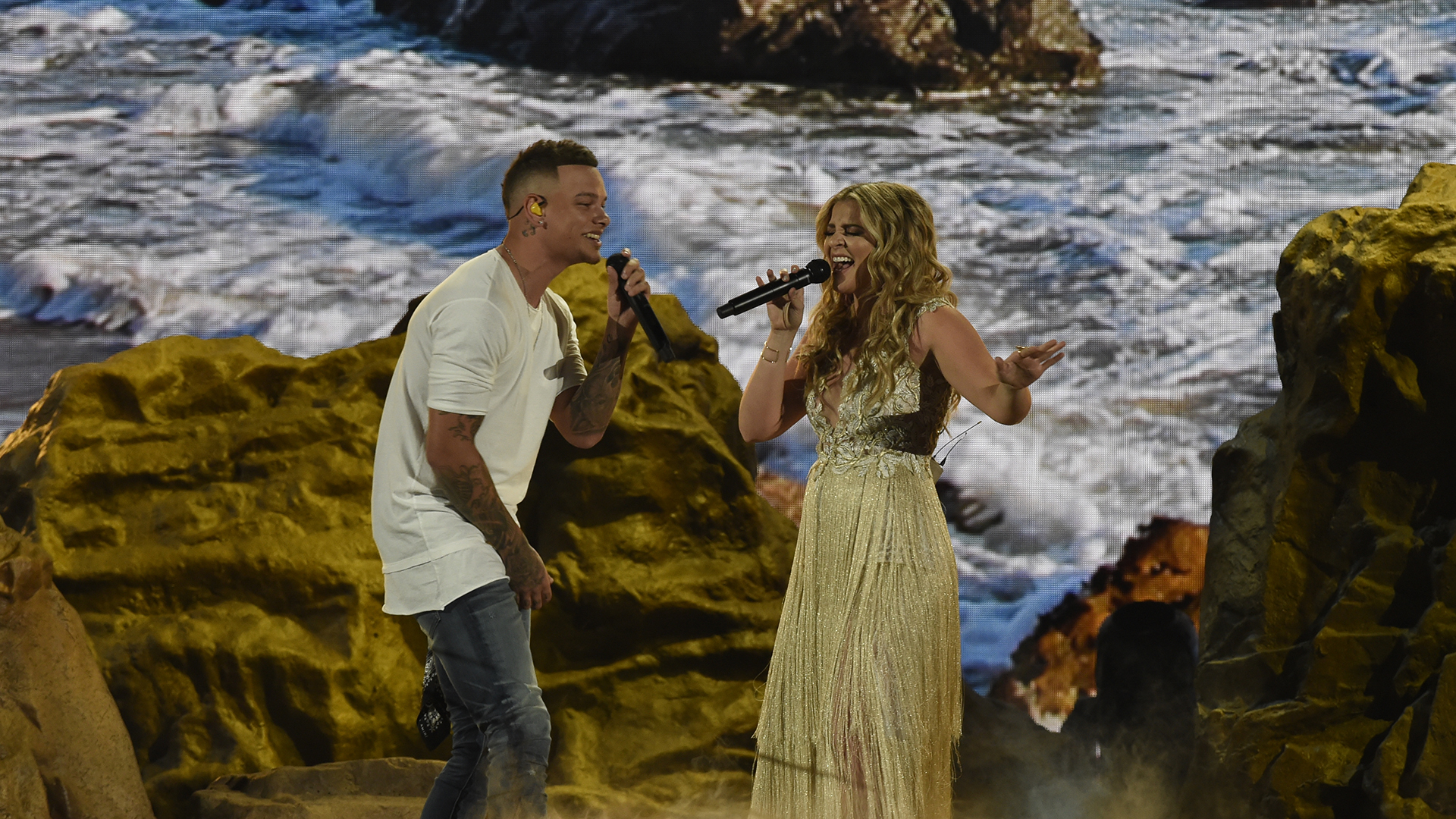 Kane Brown teams up with old friend Lauren Alaina to sing their joint hit,