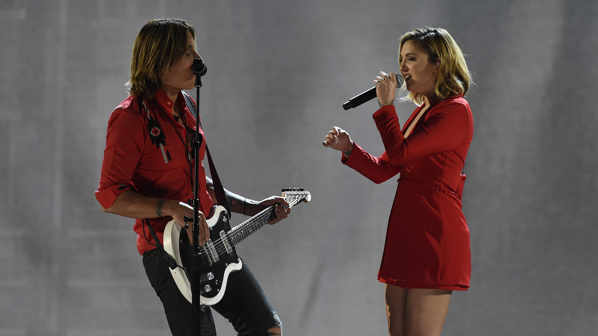 Country-pop veteran Keith Urban takes the stage with Julia Michaels to sing