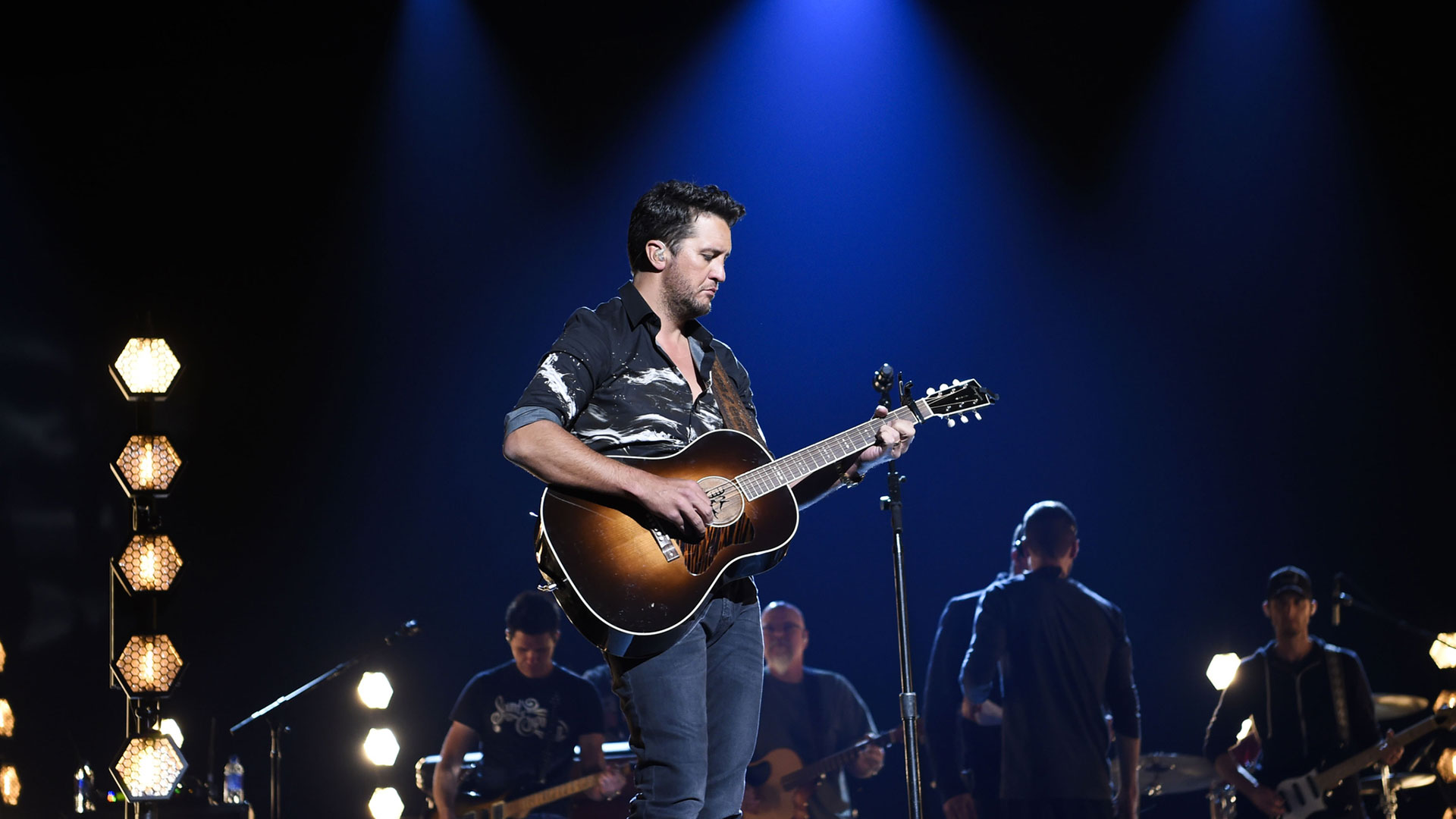 Luke Bryan jams out with his band during his rehearsal for the 53rd ACM Awards.