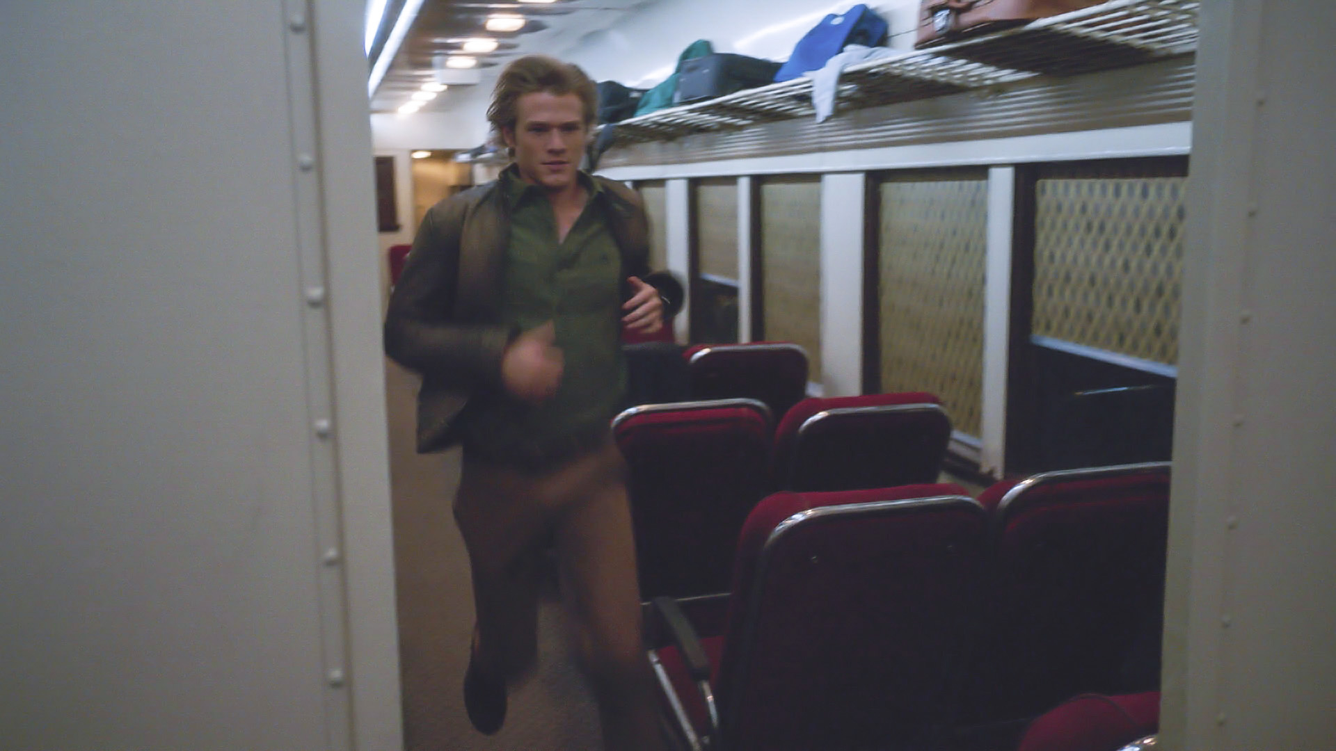 MacGyver is in hot pursuit on a train.