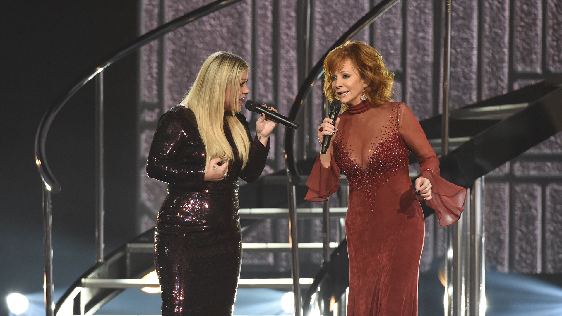 For the ACM Awards' final flashback performance, pop superstar Kelly Clarkson joins Reba McEntire to sing McEntire's 1993 track