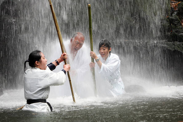 Ron and Christina Take Part in Shinto Cleansing