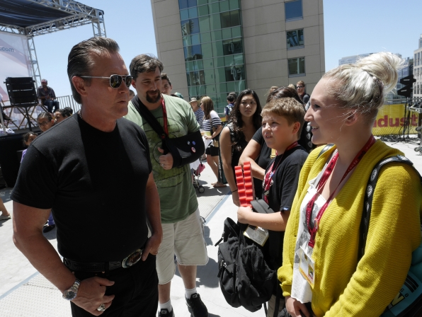 Robert Patrick Mingles with the Fans
