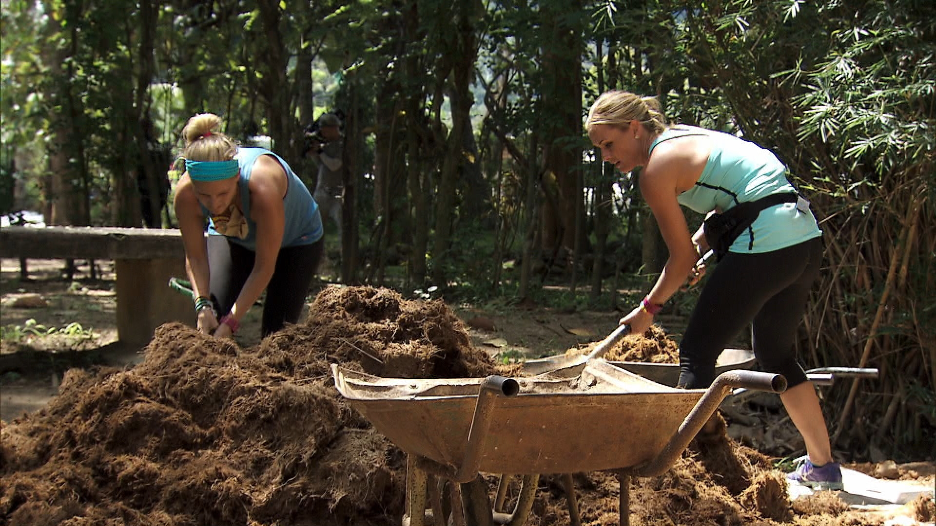 Jennifer and Caroline in Season 24 Episode 6