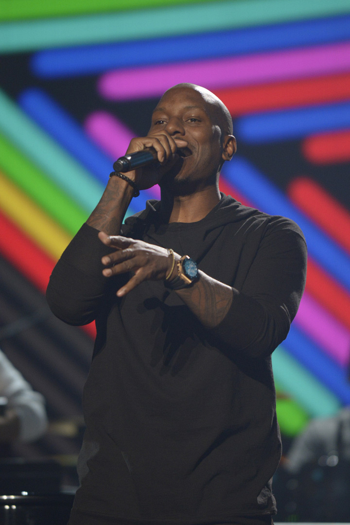 Tyrese warms up his voice for his performance with Lionel Richie.