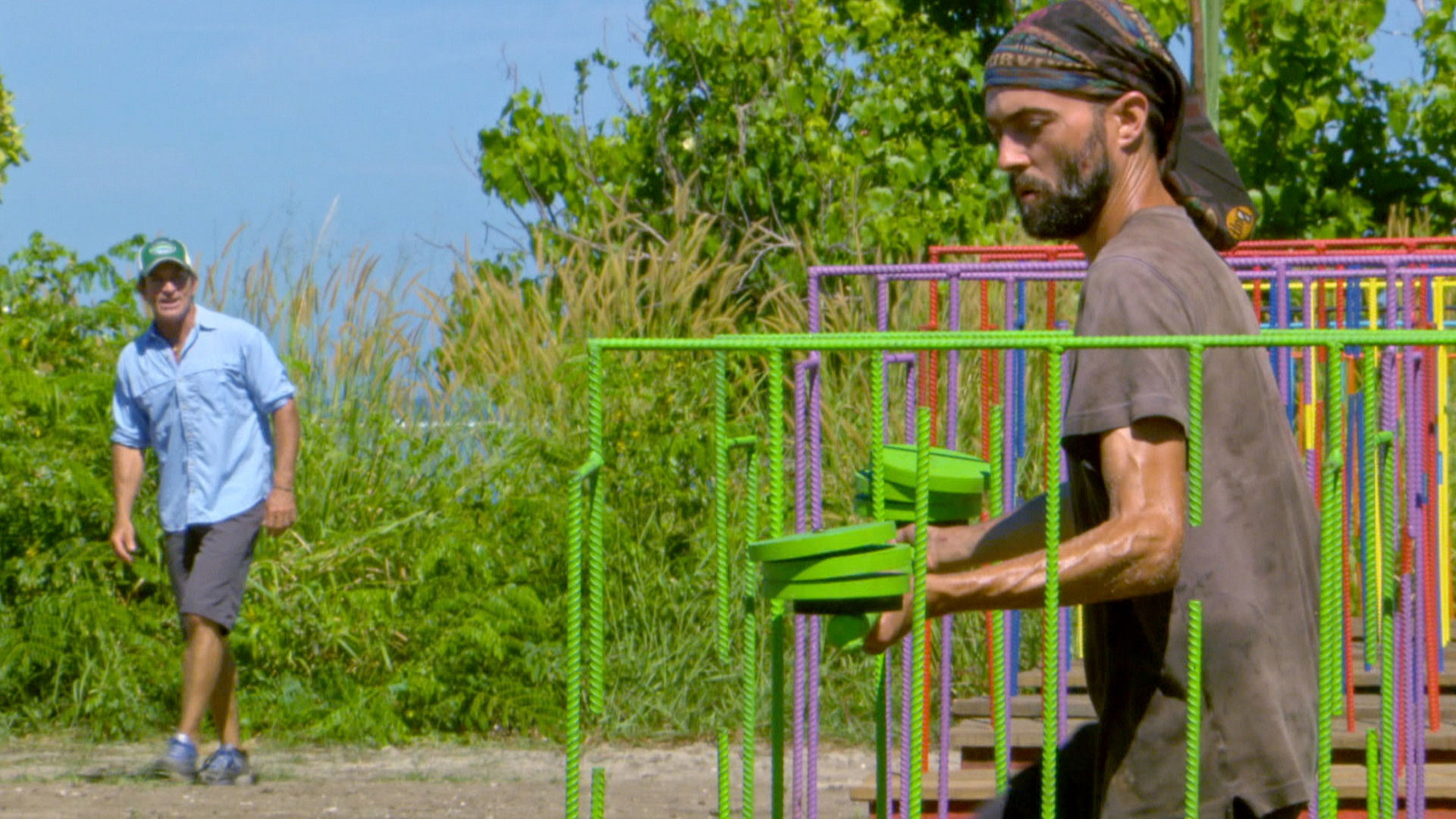 David works through the wire maze as Jeff Probst looks on.