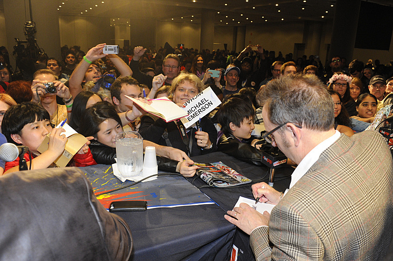 Michael Emerson signing autographs at NYCC