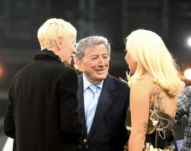 We're wondering what Annie Lennox, Tony Bennett, & Lady Gaga are chatting about.
