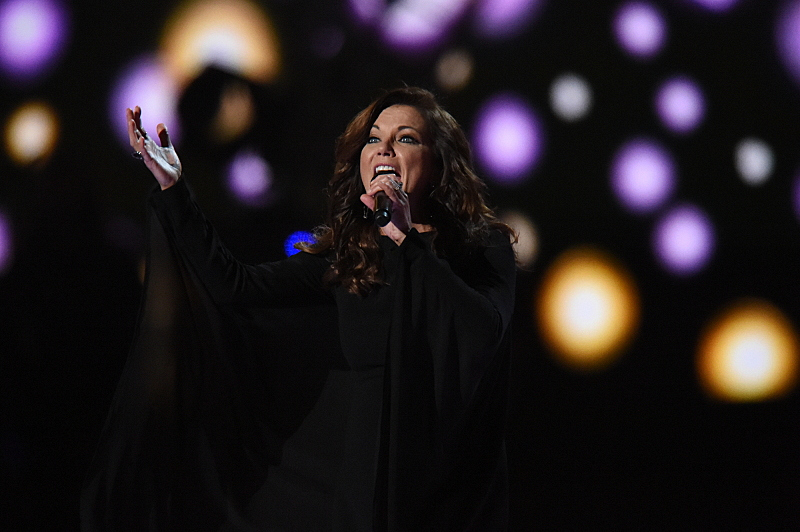 """Martina McBride awakens the crowd with her performance of """"Independence Day."""""""