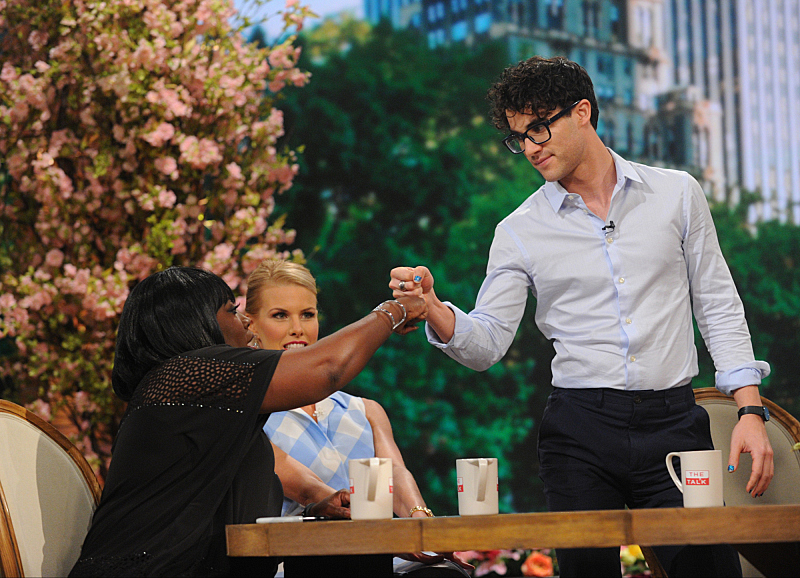 Darren Criss shows Sheryl his handshake
