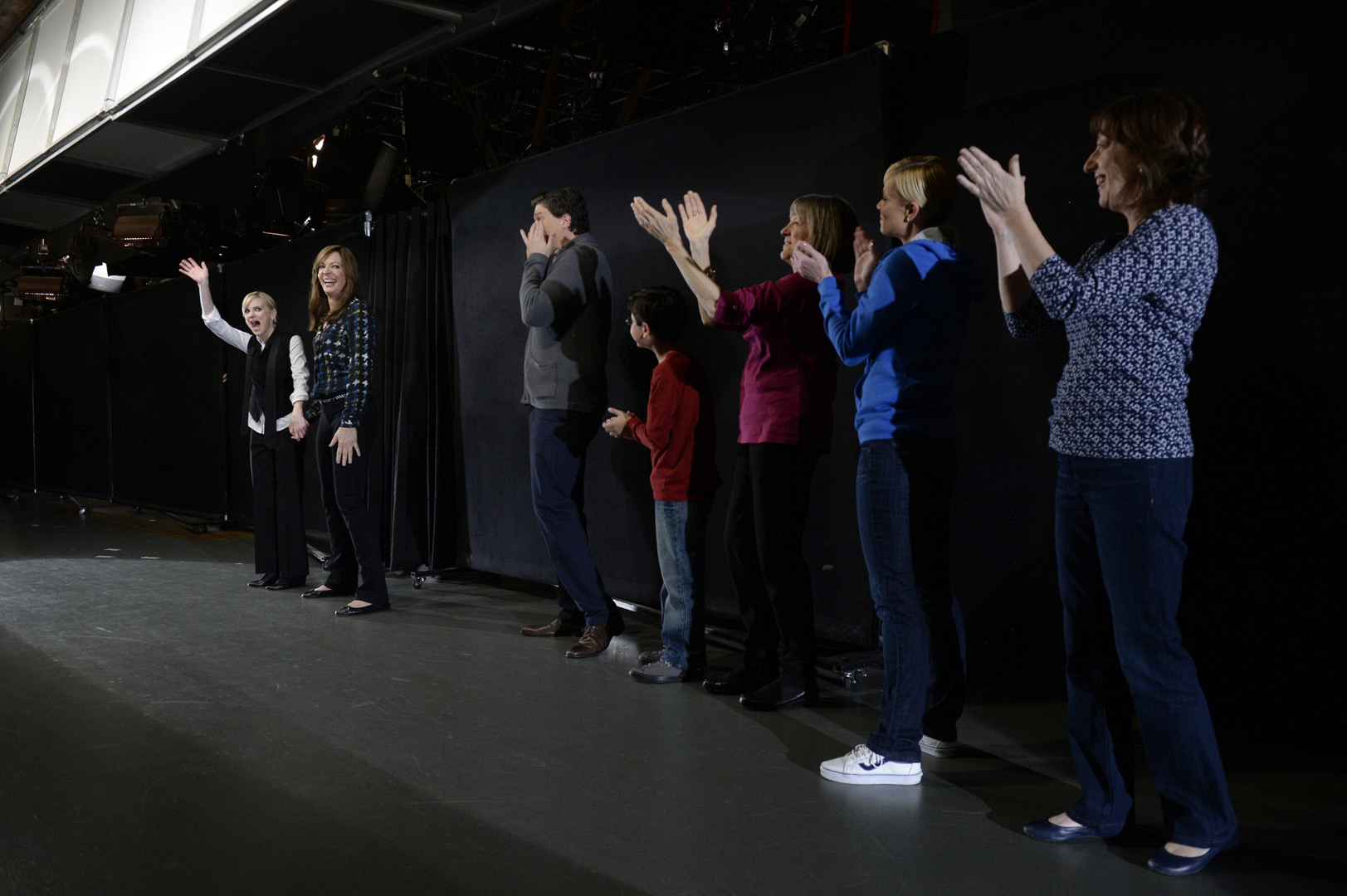 Anna Faris, Allison Janney, and other members of the Mom cast give their live audience a big round of applause.