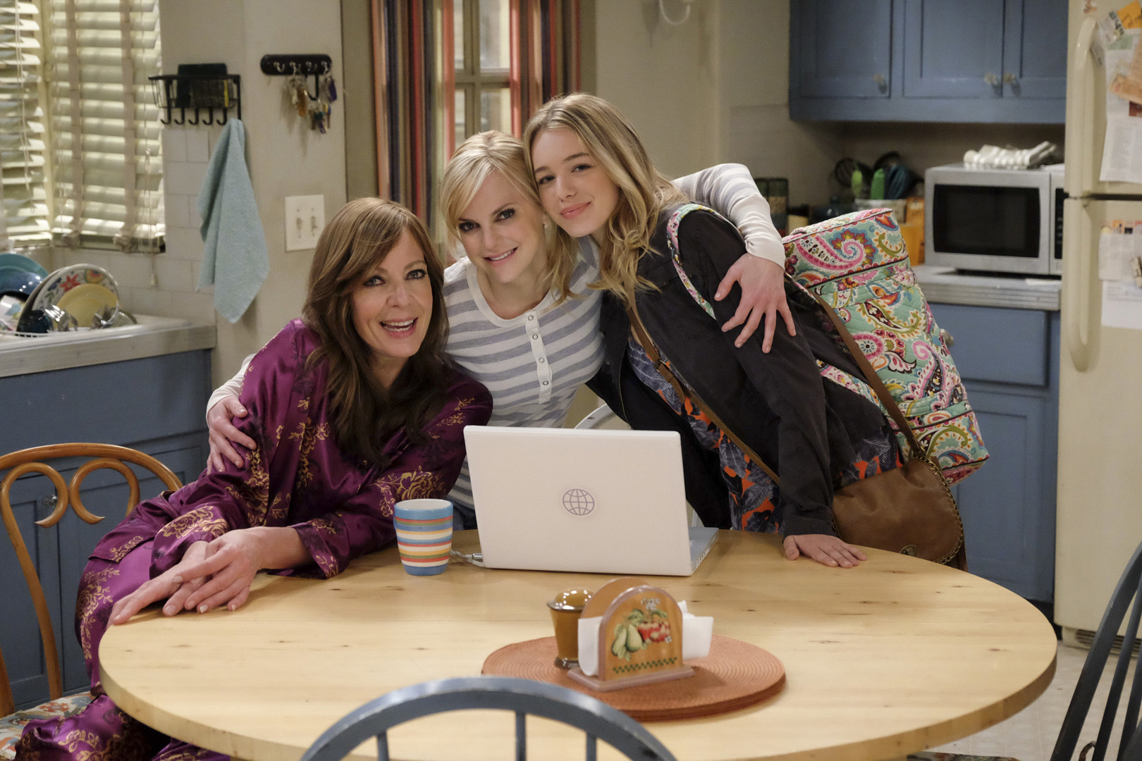 Allison Janney, Anna Faris, and Sadie Calvano take a break between scenes on Mom.