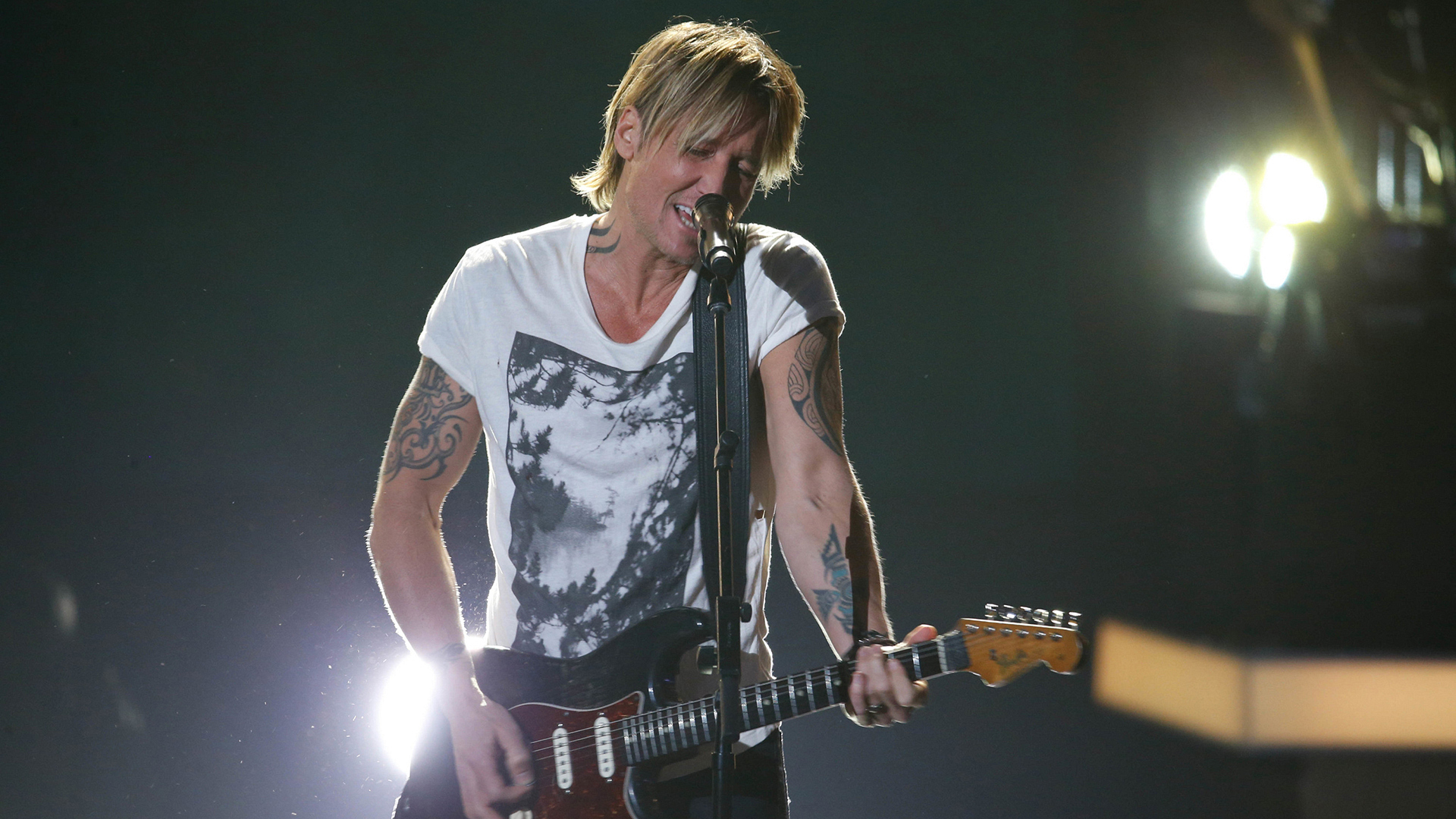 "Keith Urban performs ""To Love Somebody"""