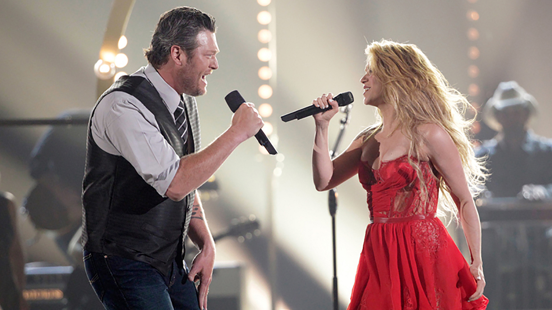 """11. Blake Shelton and Shakira perform """"Medicine"""" at the 49th ACM Awards in 2014."""
