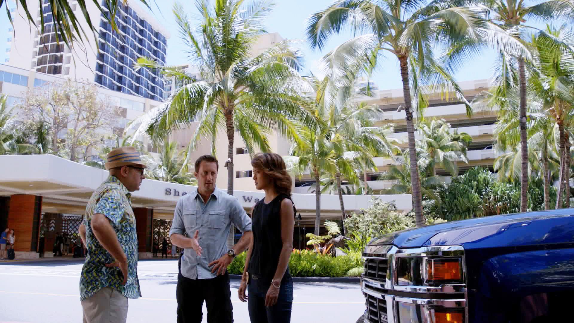 Willie Garson as Gerard Hirsch, Alex O'Loughlin as Steve McGarrett, and Grace Park as Kono Kalakaua