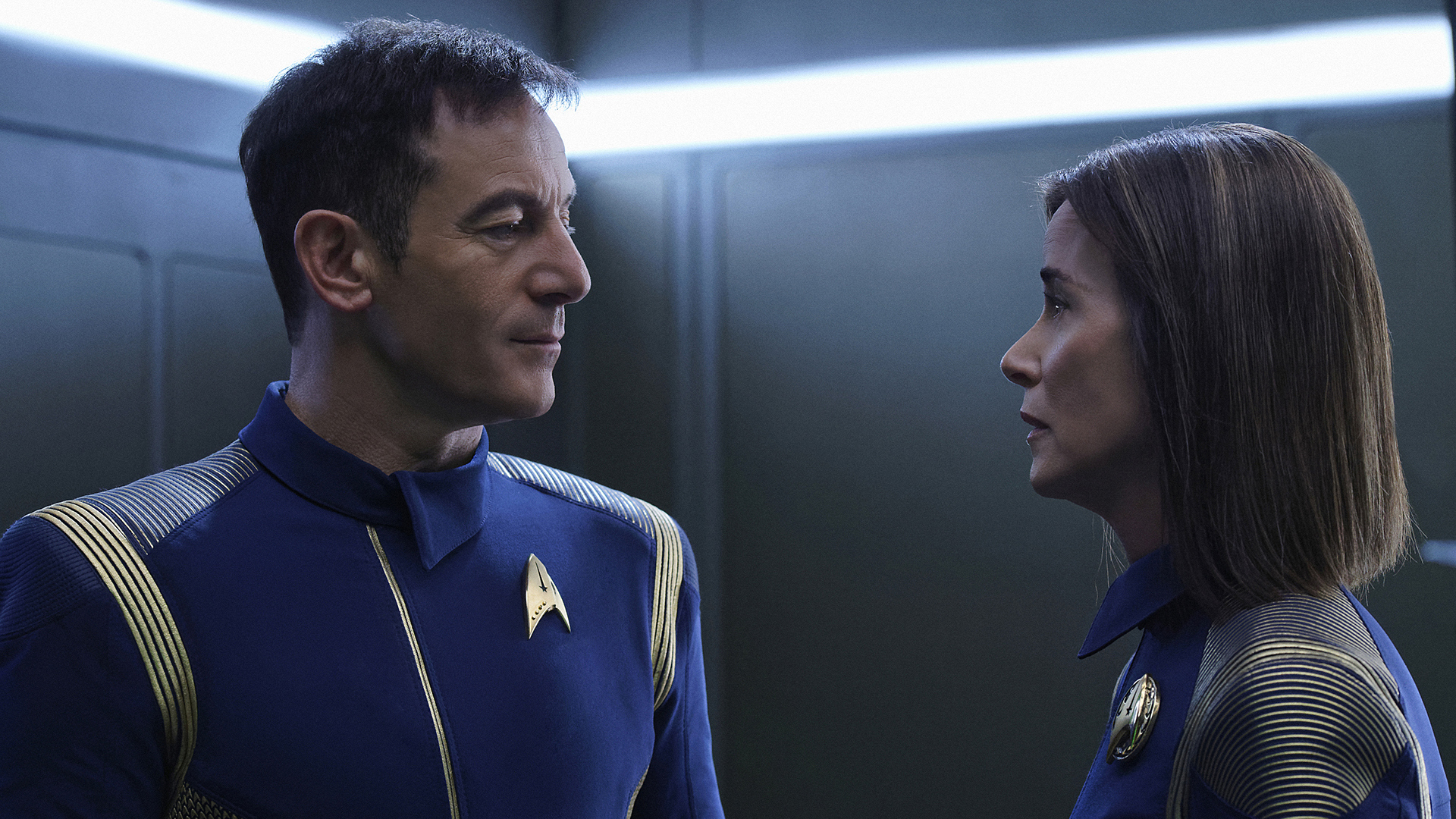 Captain Gabriel Lorca (Jason Isaacs) and Admiral Cornwell (Jayne Brook)