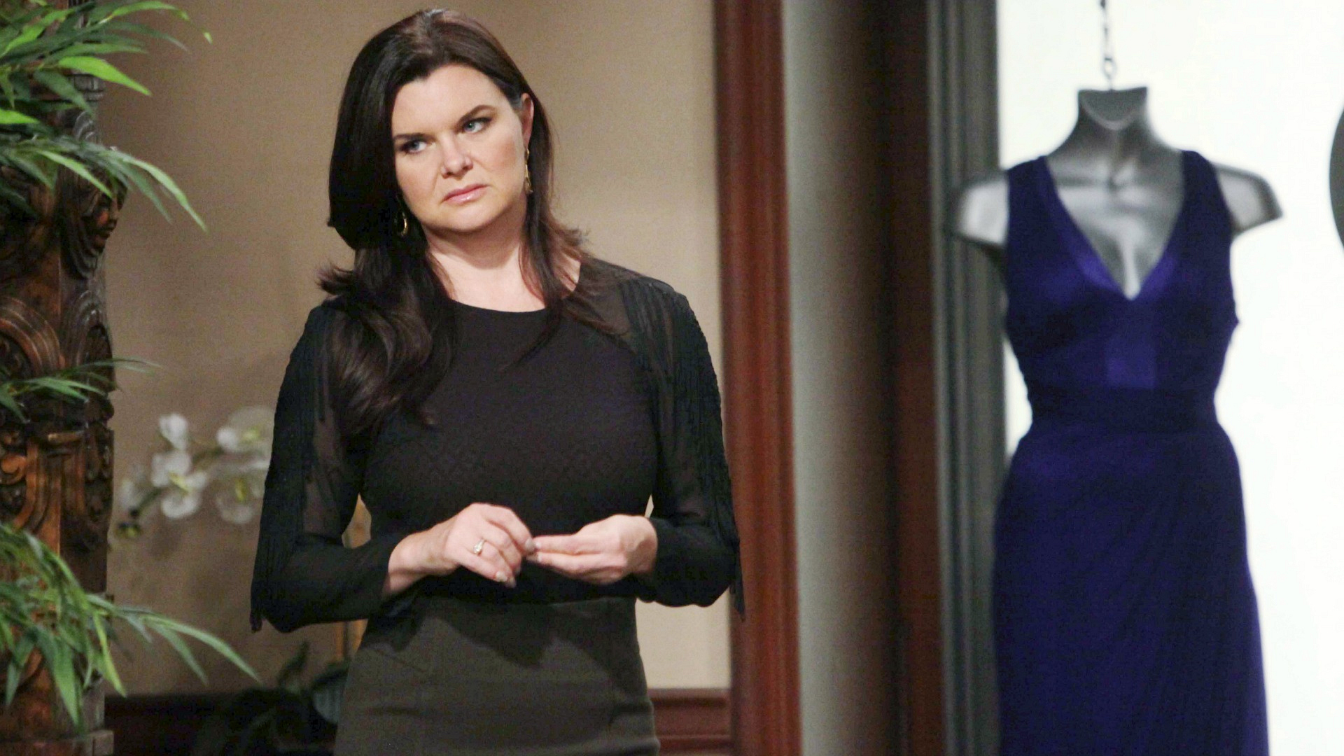 Katie attempts to shake off the uneasy feeling she got while watching Ridge and Quinn interact.