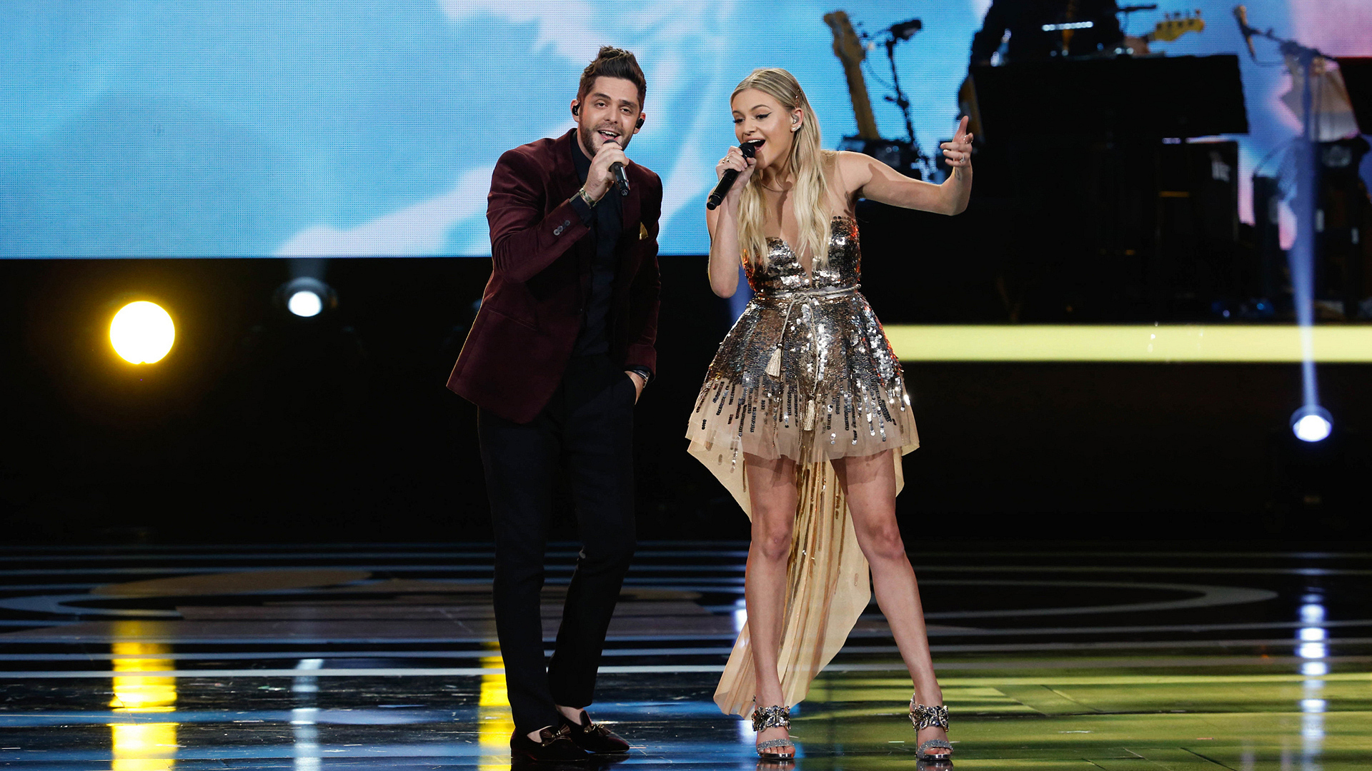 "Thomas Rhett and Kelsea Ballerini perform ""Islands In The Stream"""