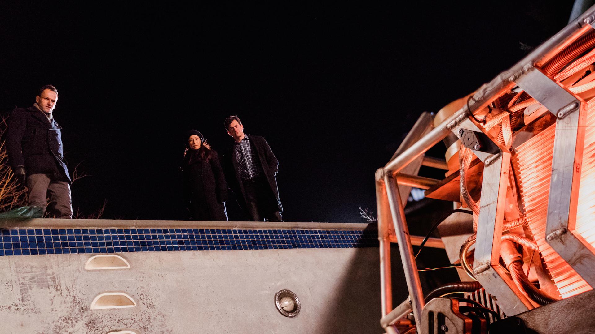 Jonny Lee Miller as Sherlock Holmes, Lucy Liu as Joan Watson, and Tom Everett Scott as Henry Baskerville