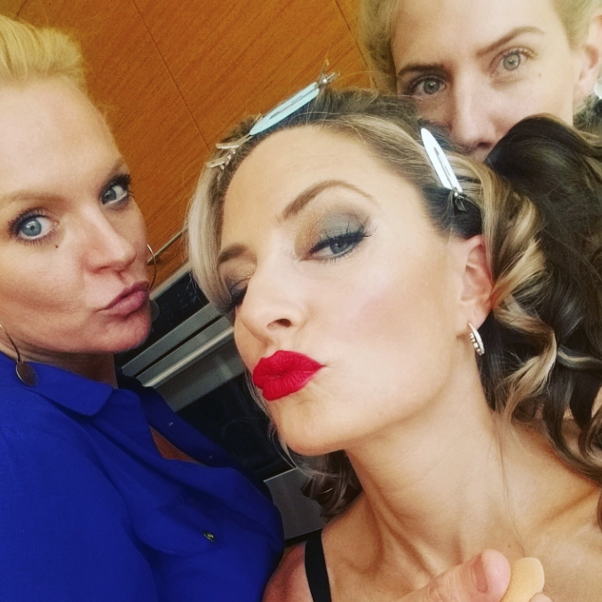 Mädchen snaps a selfie while getting glam.
