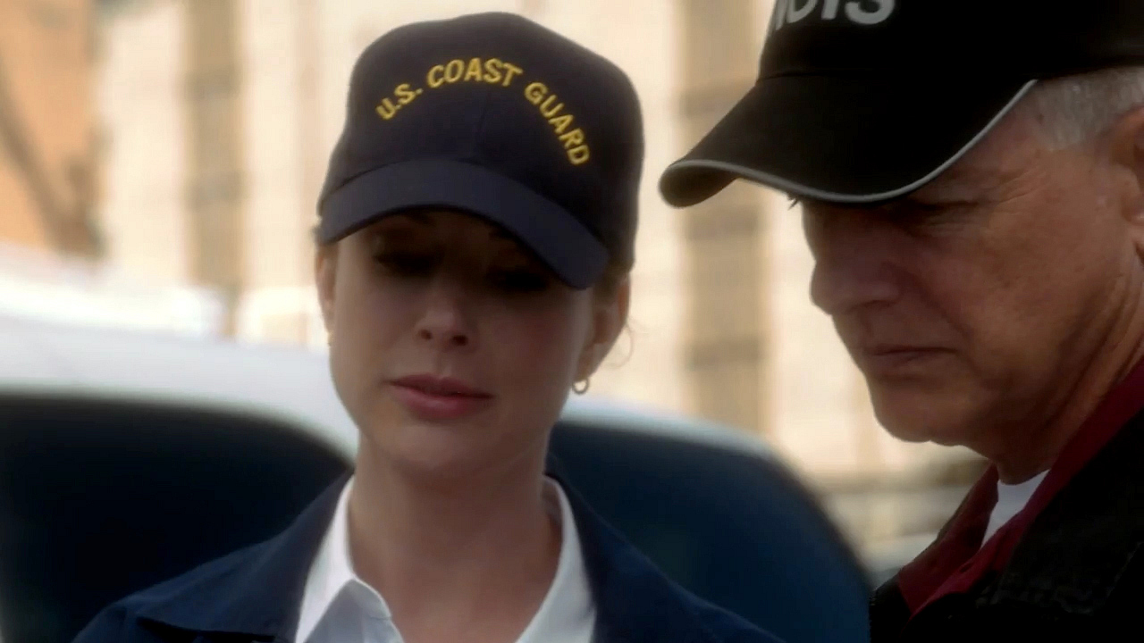 2. She wears her cap just like Gibbs.