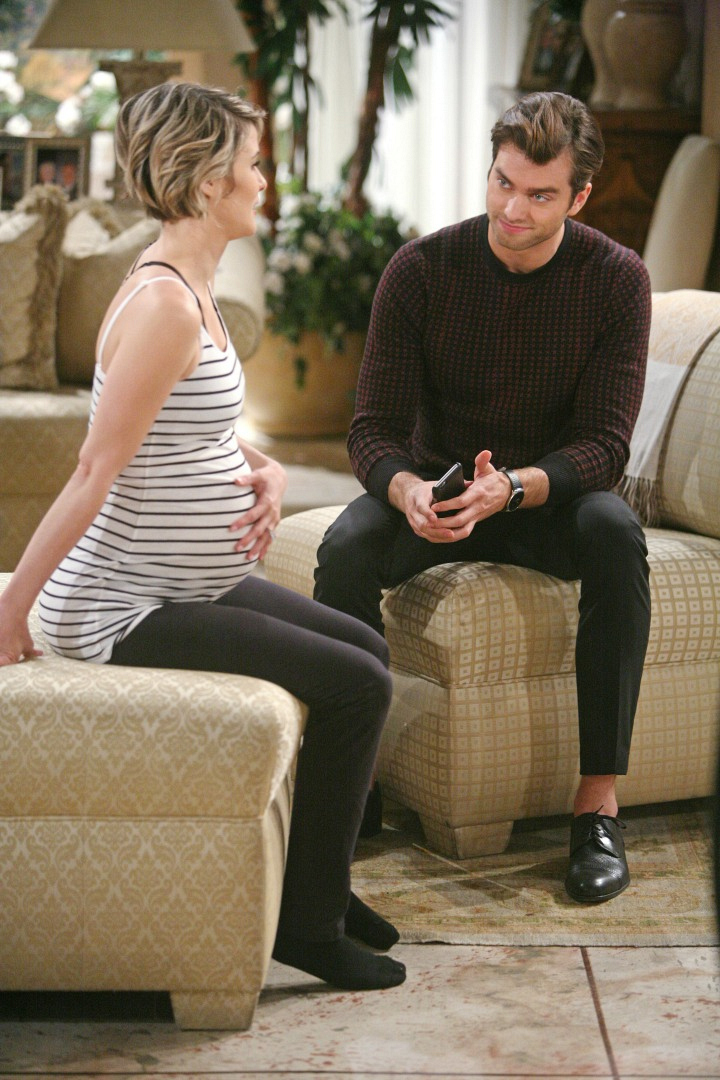 Caroline relies on Thomas to help with her contractions until Ridge arrives.