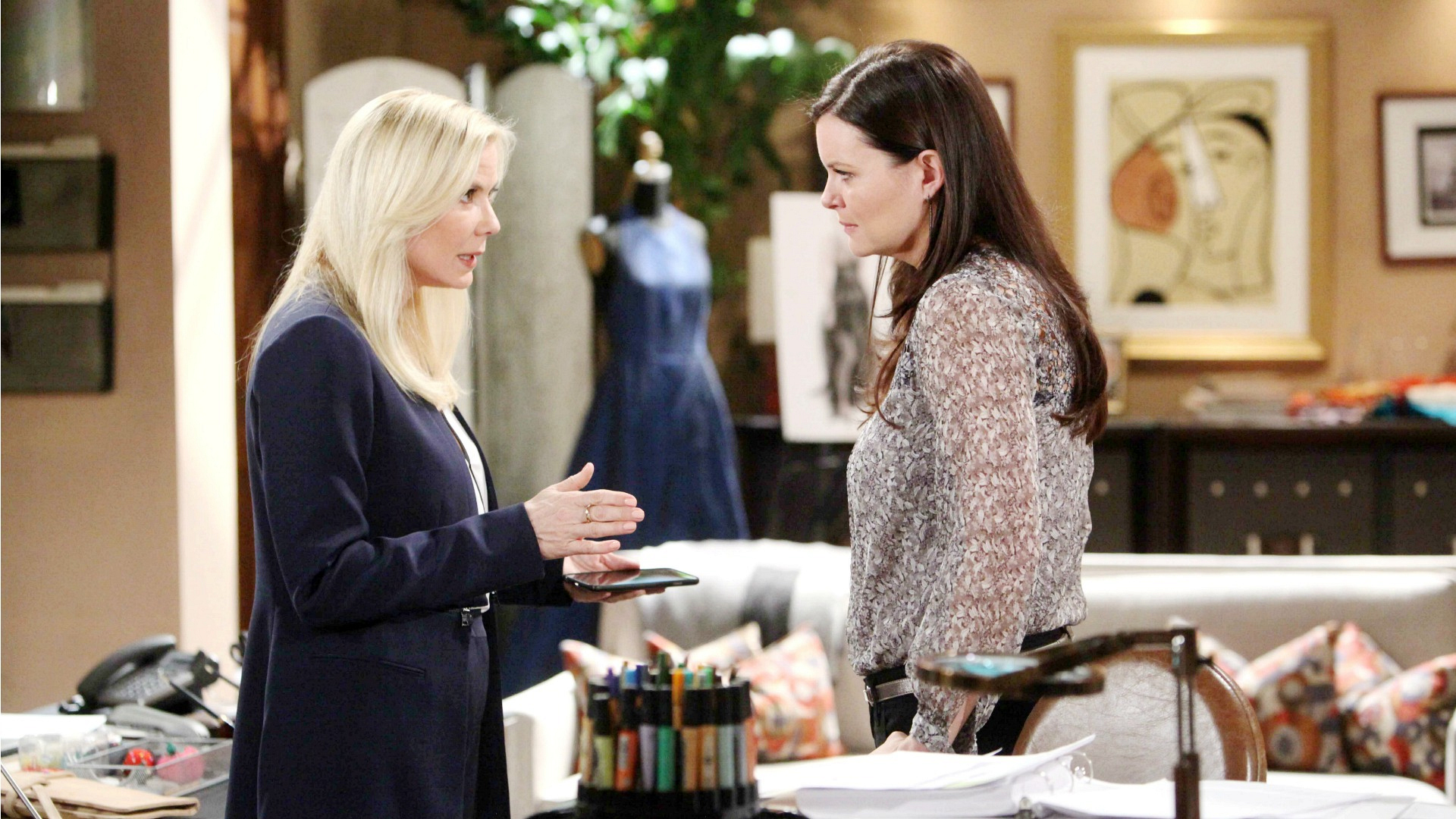 Katie pressures Brooke to tell Eric about Ridge and Quinn's affair.