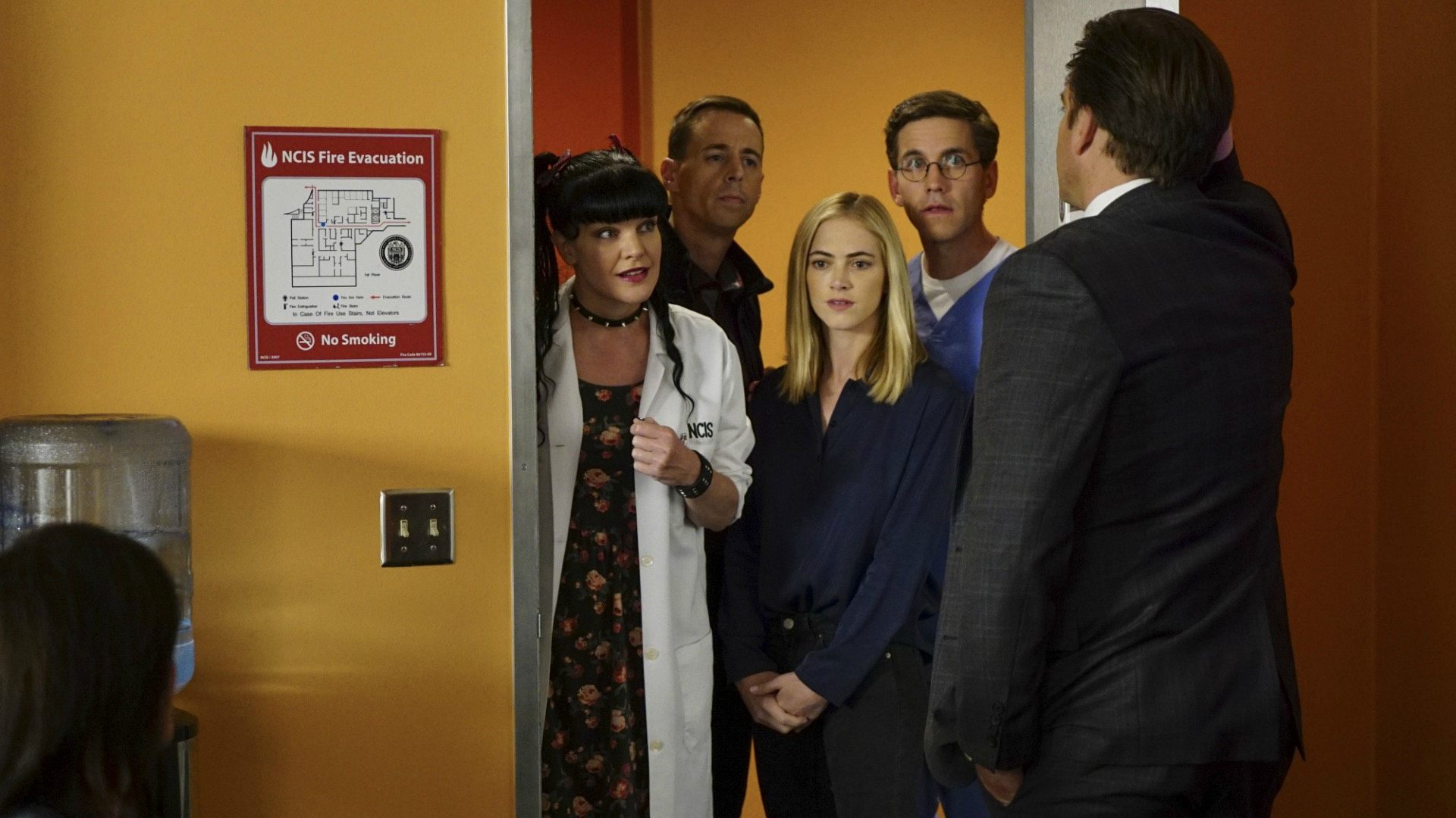 The team gathers around DiNozzo.