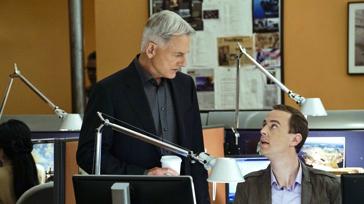 Gibbs and McGee discuss a serious case.
