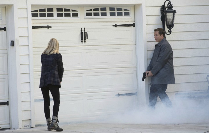 Bishop and DiNozzo run towards a dangerous situation.